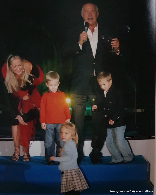 Никита и Татьяна Михалковы с внуками
