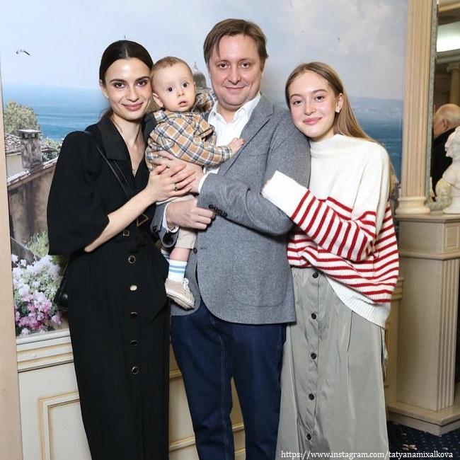 Артем Михалков с женой и сыном