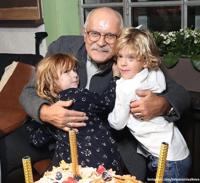 Никита Михалков с внуками-первоклассниками Лидой Ббаковой и Ваней Гигинеишвили
