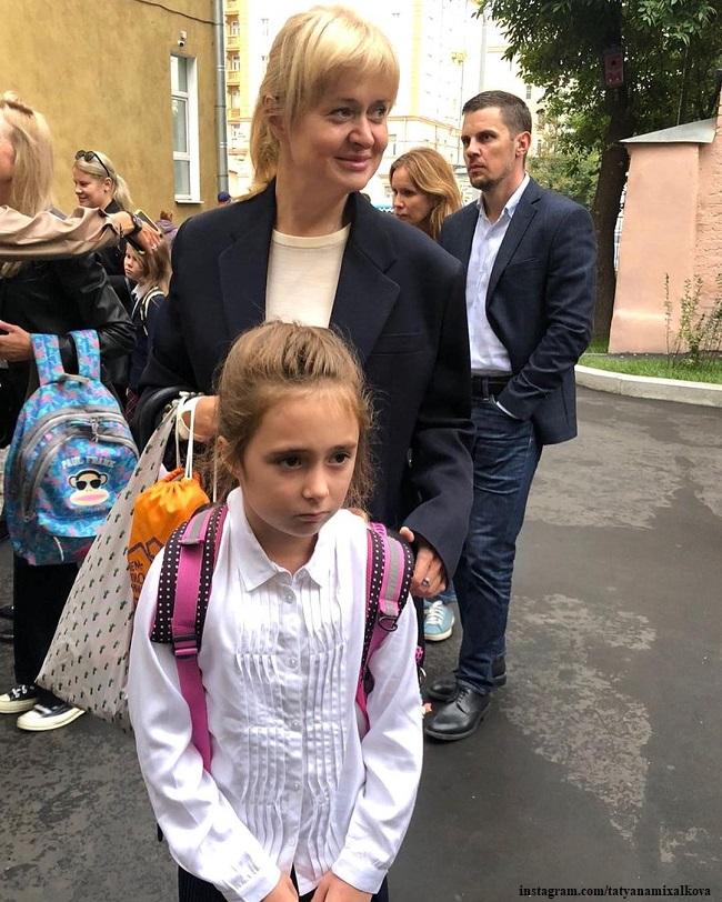 Анна Михалкова проводила дочь Лиду во второй класс