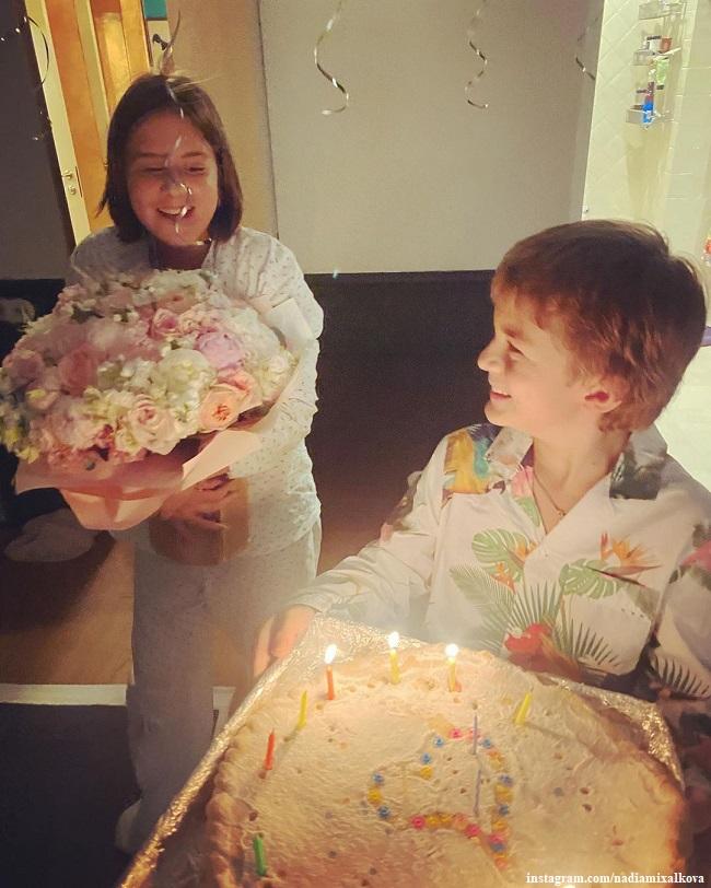 Иван и Нина Гигинеишвили поздравляют мама с днем рождения