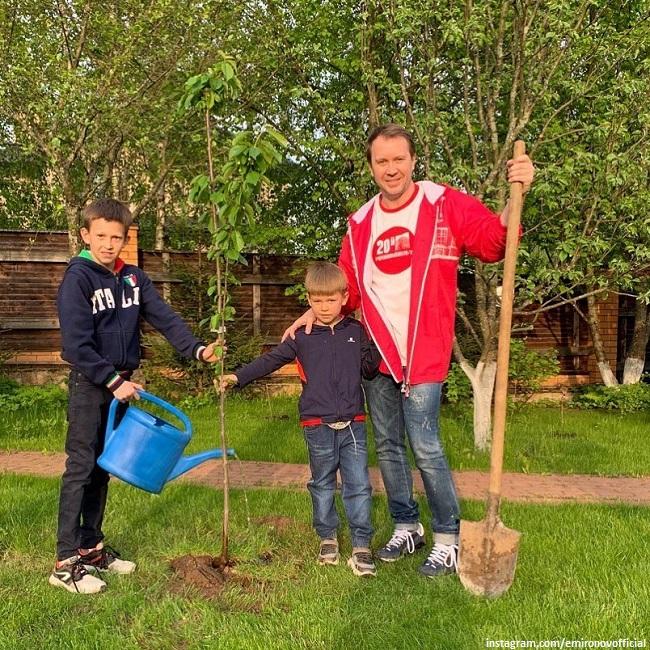 Евгений Миронов с сыном Петей садят черешню