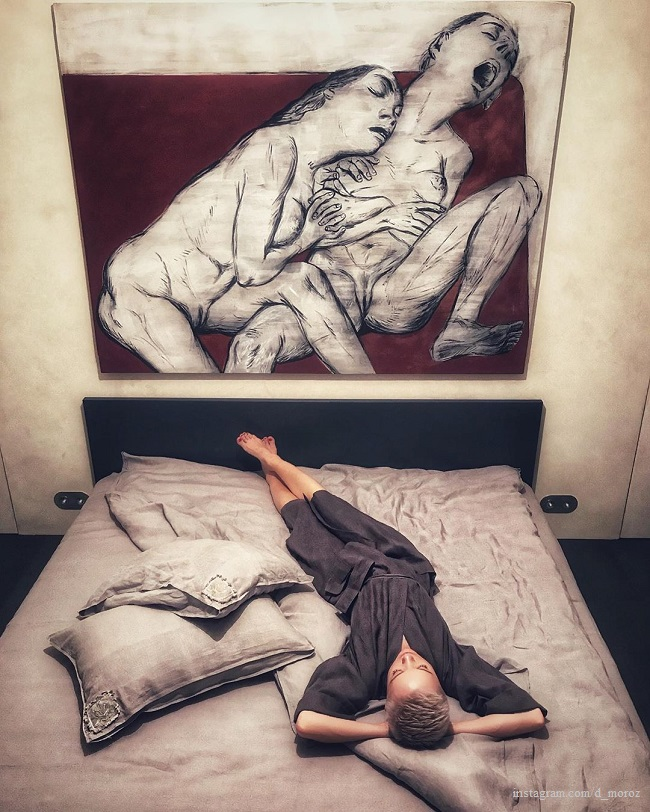 Дарья Мороз в своей спальне