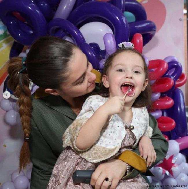 Агата Муцениеце с дочерью