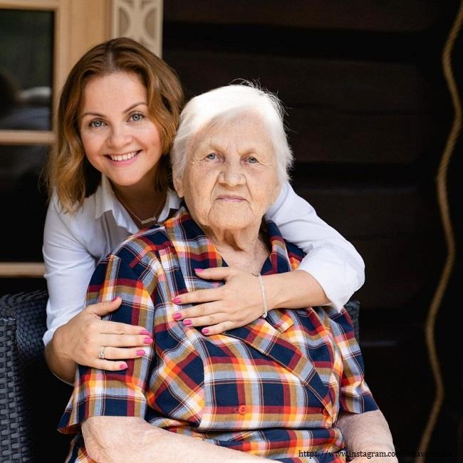 Юлия Проскурякова с бабушкой
