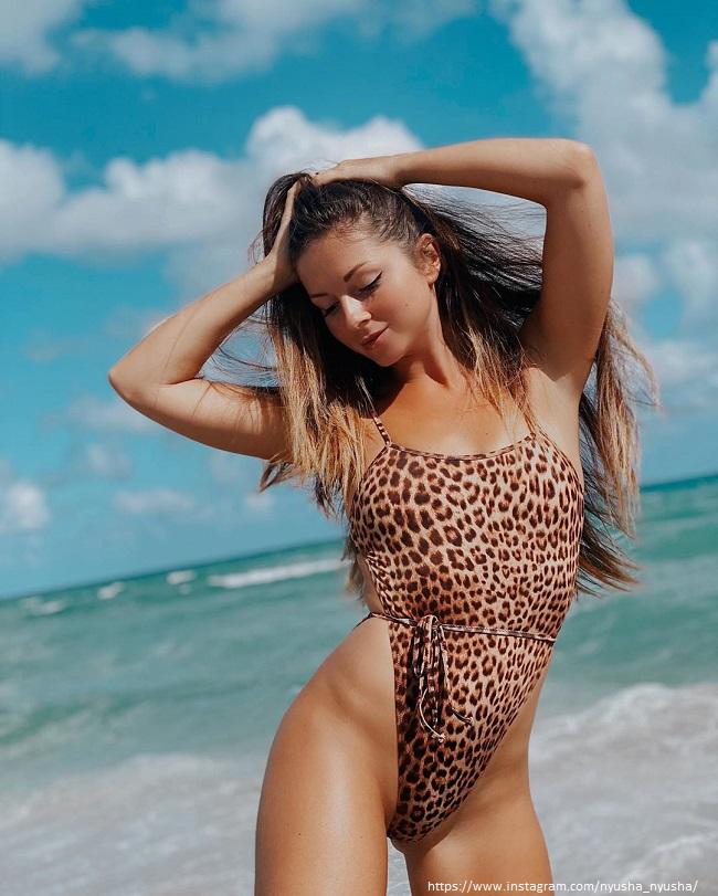 Певица Нюша в леопардовом купальнике