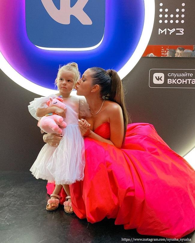 Нюша с дочерью