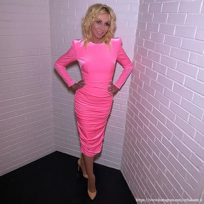 Кристина Орбакайте в розовом платье