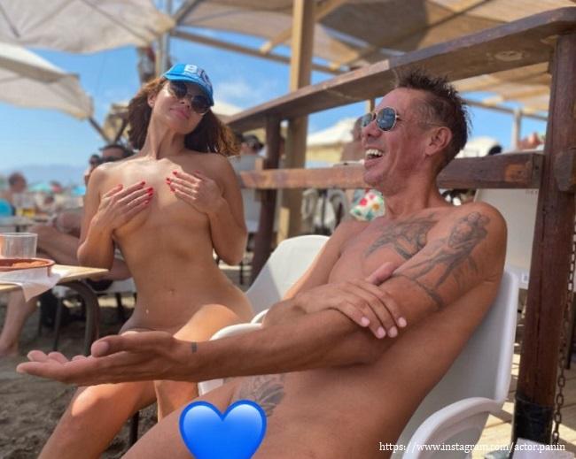 Алексей Панин с женой оголились на пляже
