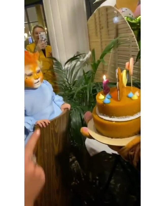 Таисия Телегина получает именинный торт