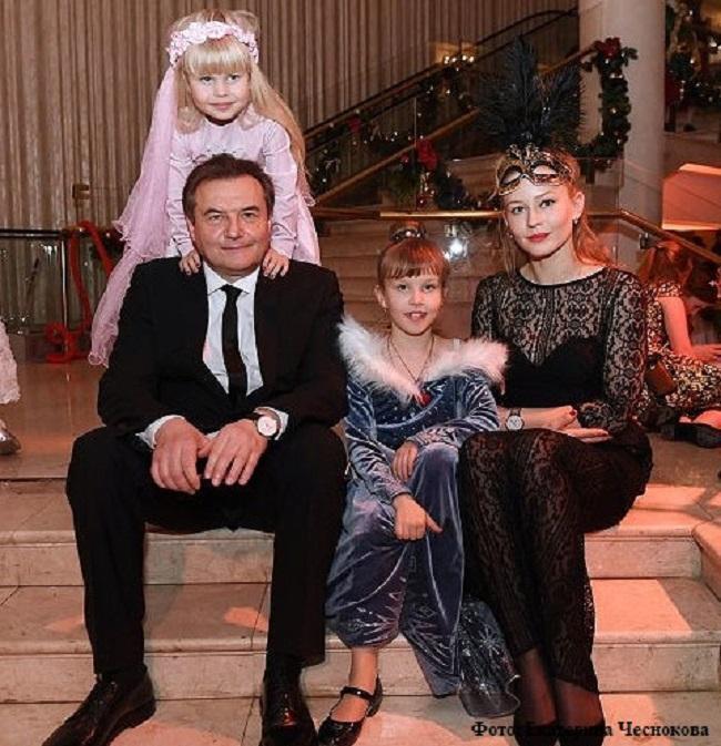 Юлия Пересильд и Алексей Учитель с дочерьми