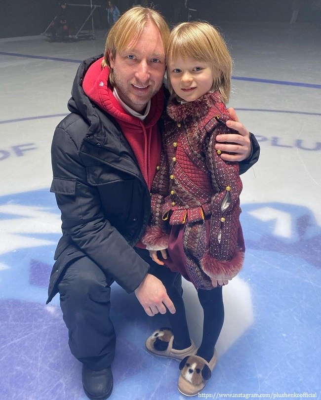 Evgeni Plushenko and his son arranged a pirate game in the home pool