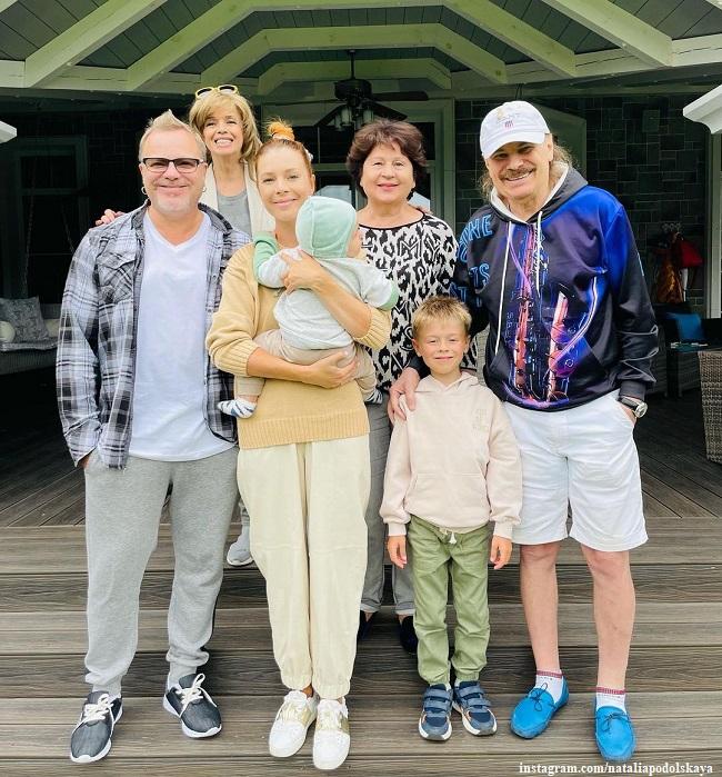 Наталья Подольская и Владимир Пресняков со своими детьми и родителями