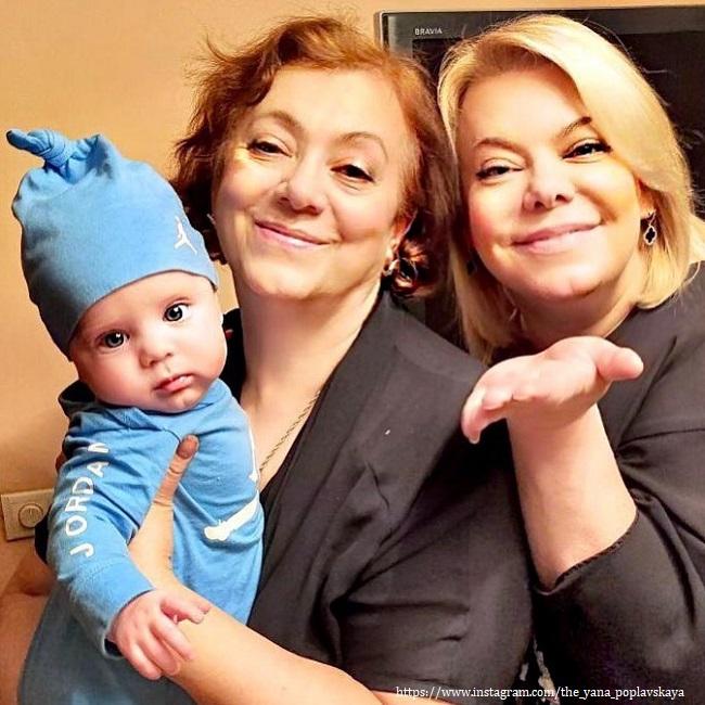 Яев Поплавская с внуком и мамой
