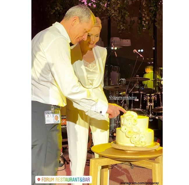 Дарья Повереннова и Андрей Шаронов режут свадебный торт