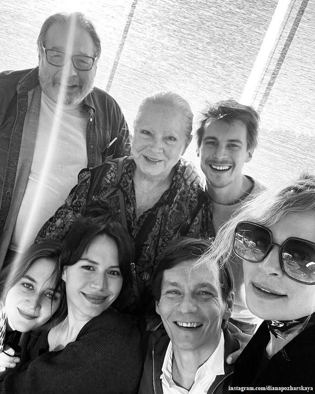 Филипп Янковский с мамой, женой, детьи Иваном и Лизой и невесткой Дианой Пожарскойианой Пожрс