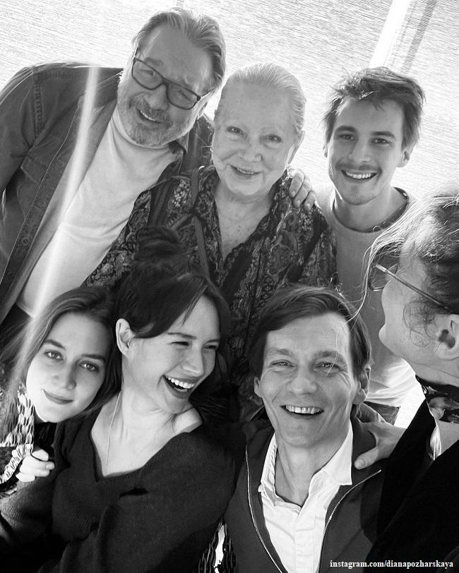 Филипп Янковский с мамой, женой, детьи Иваном и Лизой и невесткой Дианой