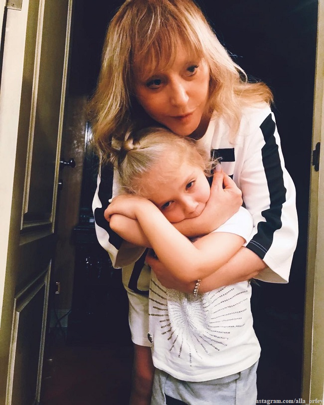 Alla Pugacheva showed how her 7-year-old daughter cheerfully cleans up the kitchen