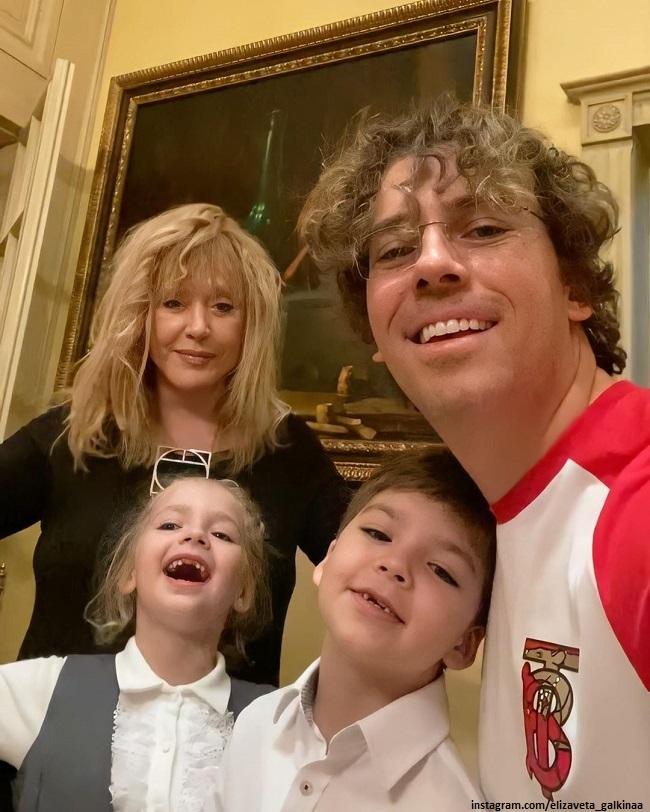 Алла Пугачев с детьми и мужем