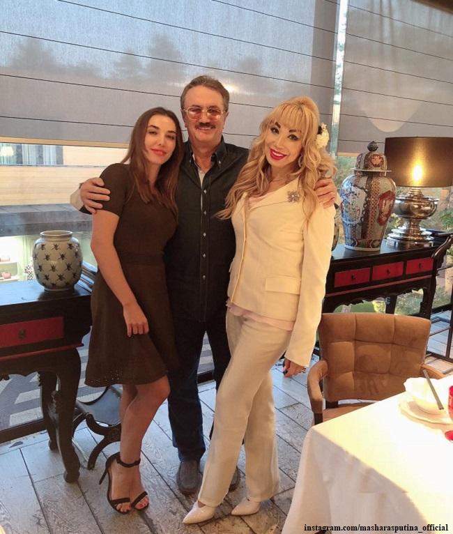 Маша Распутина с мужем и дочерью Машей