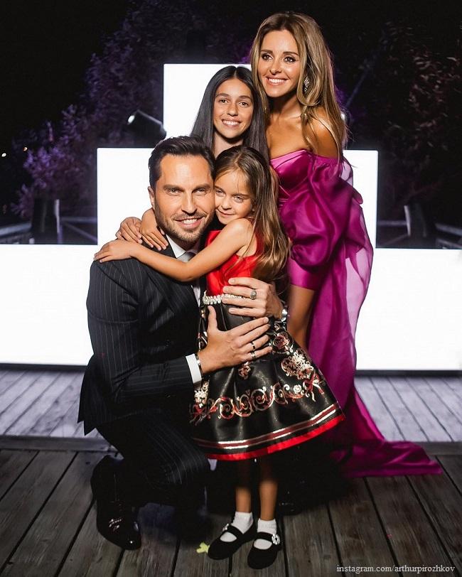 Александр Ревва с женой Анжеликой и дочерьми