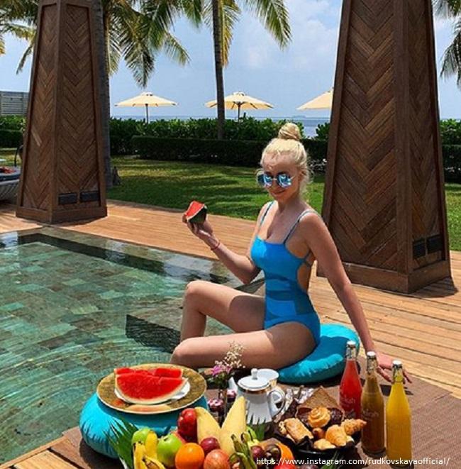 Яна Рудковская в купальнике
