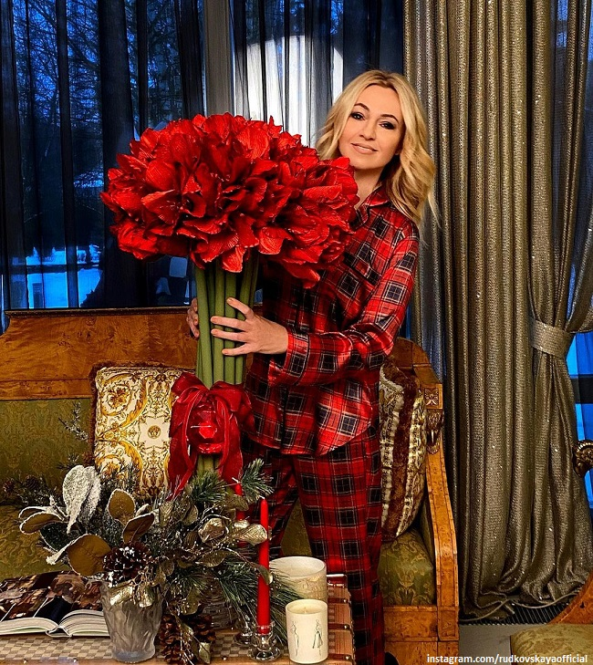 Yana Rudkovskaya was photographed with her 3-month-old son in the New Year's interior