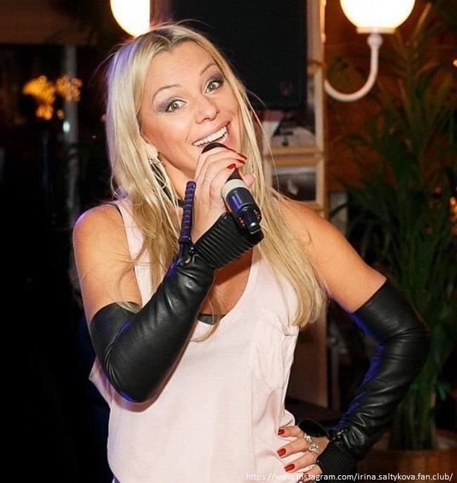 Ирина Салтыкова с микрофоном