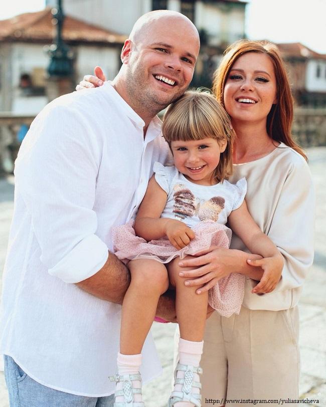 Юлия Савичева с мужем и дочерью