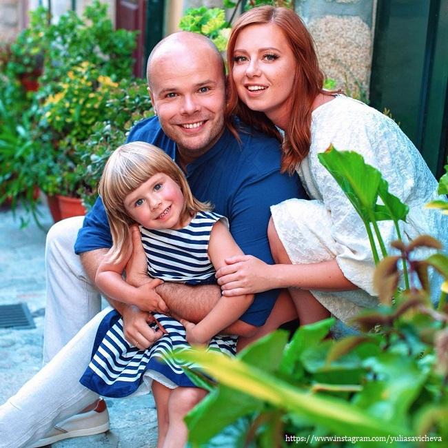 Юлия Савичева с мужем и дочкой