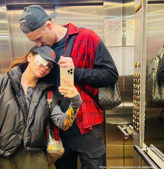 Anna Sedokova with her husband after surgery