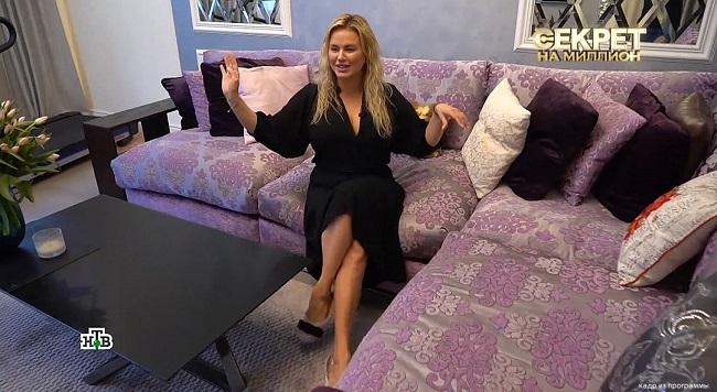 Анна Семенович в своей гостиной