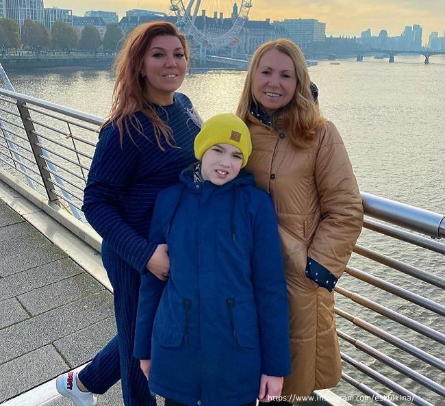 Екатерина Скулкина с сыном и мамой