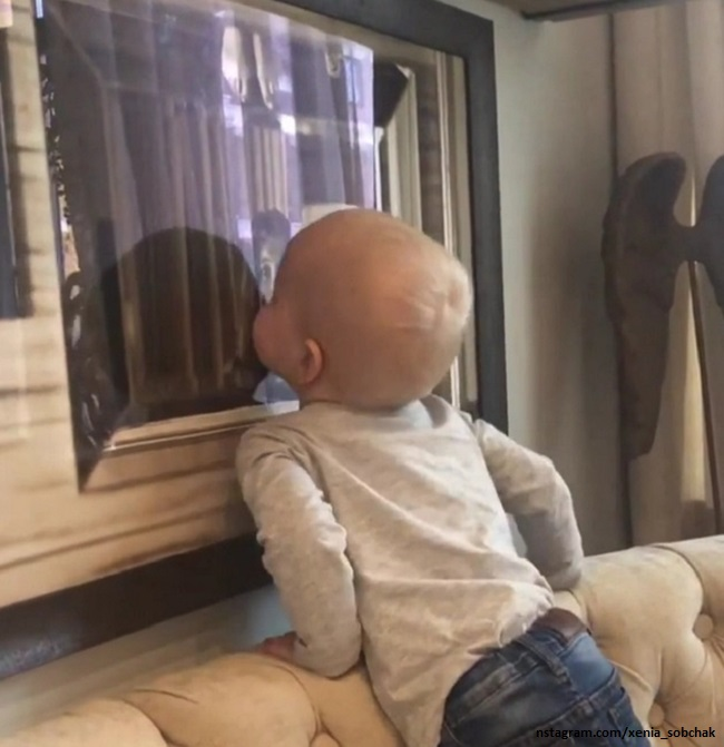 Сын Ксении Собчак целует ее фотографию
