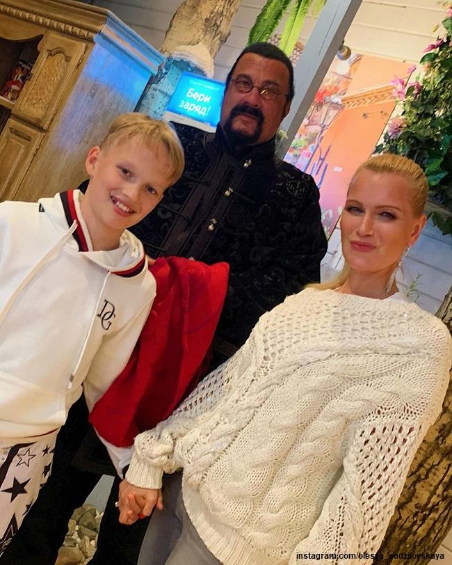Олеся Судзиловская с сыном Артемом и Стивен Сигал