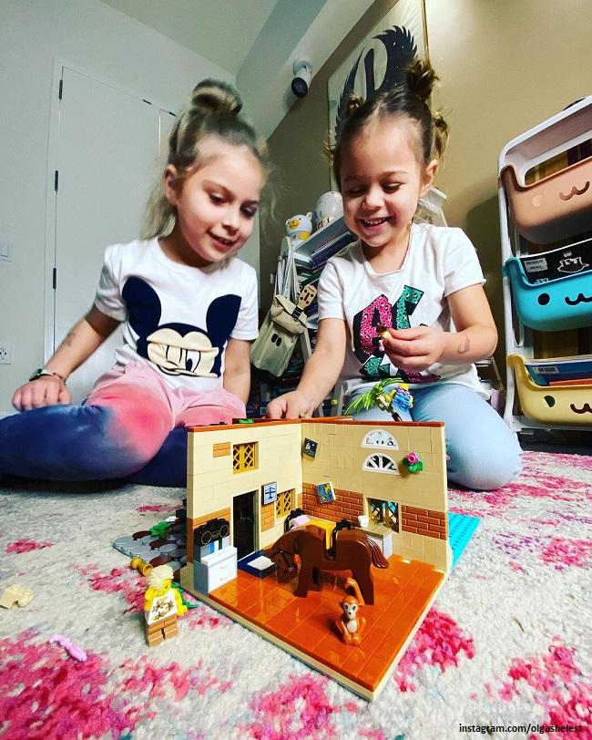 Дочери Ольги Шелест Муза и Айрис собирают конструктор Лего