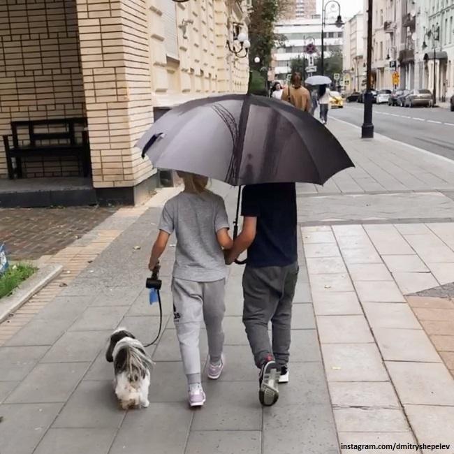 Платон Шепелев и Лада Тулупова гуляют с собачкой