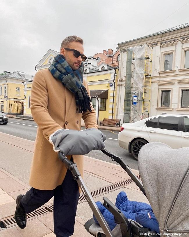 Дмитрий Шепелев гуляет с младшим сыном