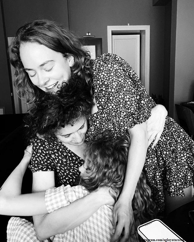 Аглая Тарасова с мамой и сестрой