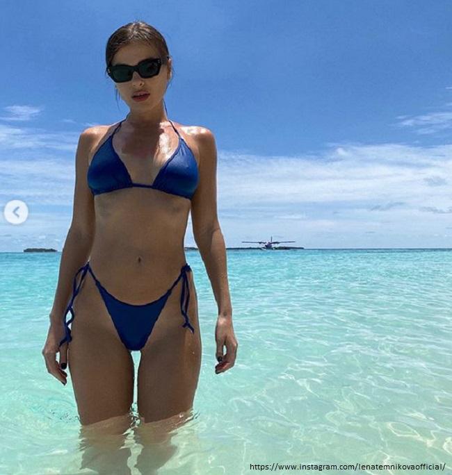 Елена Темникова в синем купальнике