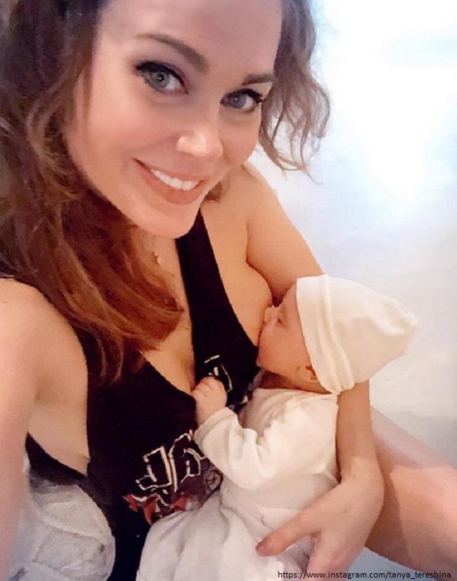 Татьяна Терешина кормит сына грудью