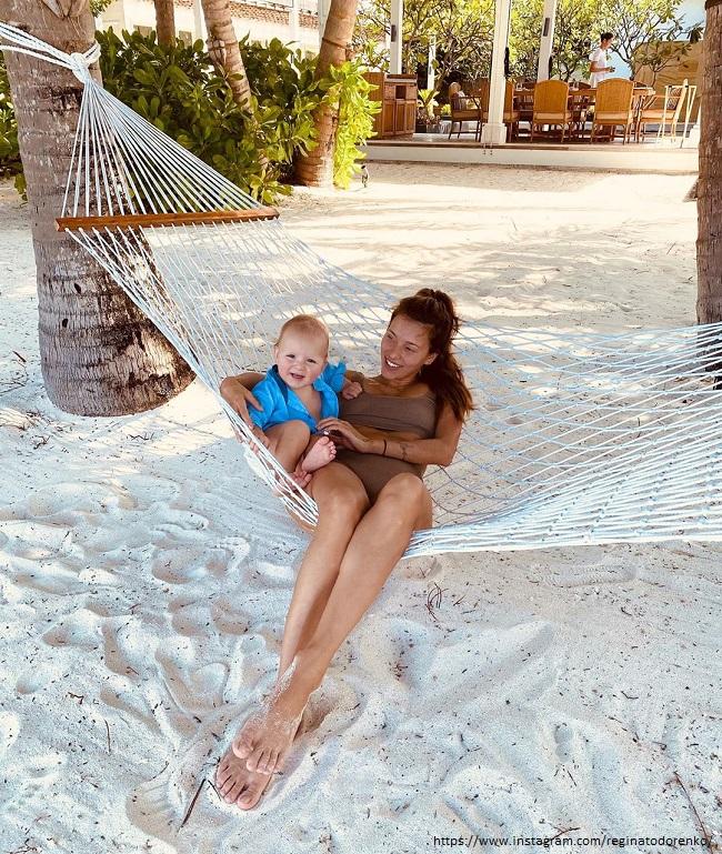 Регина Тодоренко с сыном в гамаке