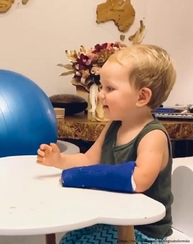 Сын Регины Тодоренко со сломанной рукой