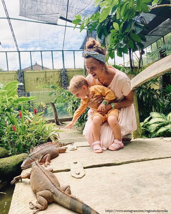 Регина Тодоренко с сыном в зоопарке