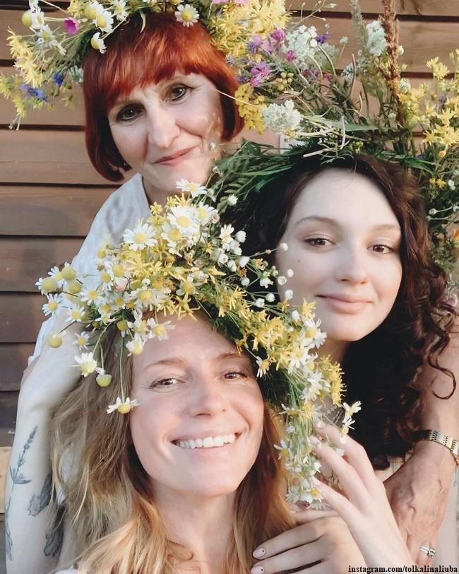 Любовь Толкалина с мамой и дочерью