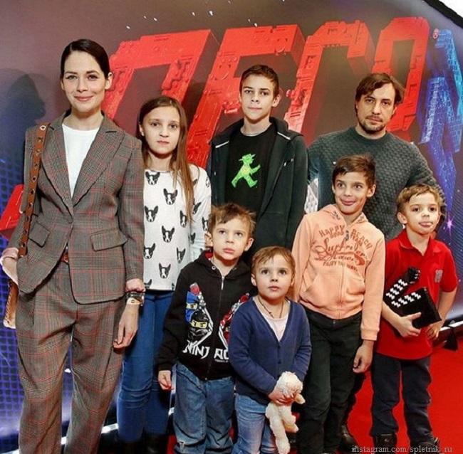 Юлия Снигирь и Евгений Цыганов с детьми от Ирины Леоновой