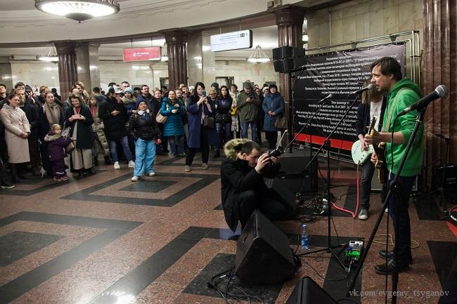 Евгений Цыганов выступает в метро