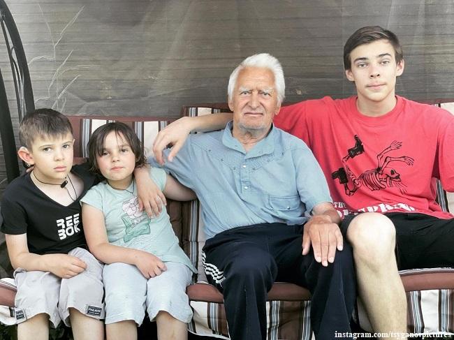 Отец Евгения Цыганова с его детьми на даче