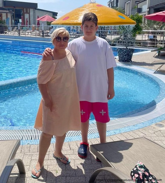 Сын Анны Цукановой-Котт с бабушкой