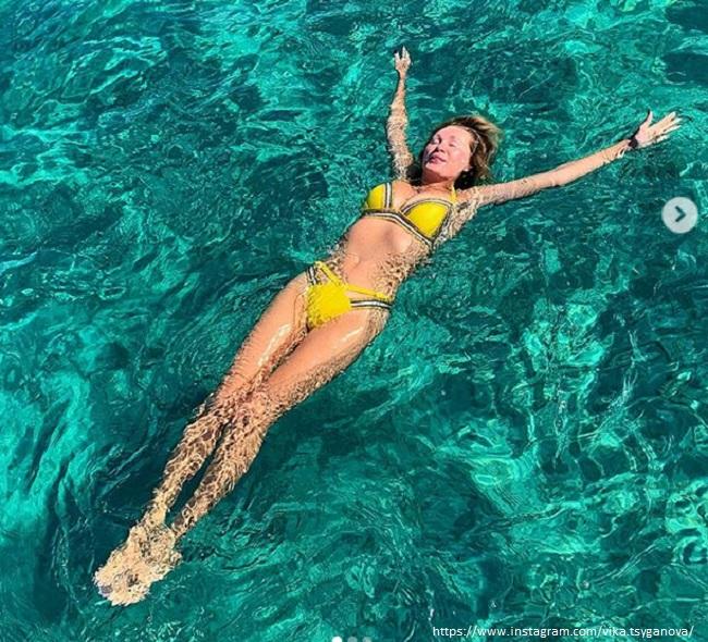 Вика Цыганова в желтом купальнике